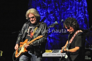 Daryl Hall (L) and John Oates (R)